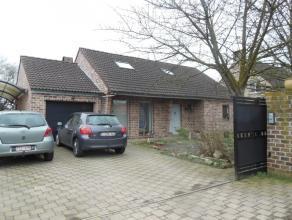 Hellestraat 6.Alleenstaande woning in houtbouw met omheinde tuin en afsluitbare poort.Op het glvls bevindt zich de inkomhal met trap, kleine badkamer
