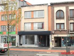 Dit eigendom bevindt zich in de winkelstraat van de stad Mortsel en onderscheidt zich door zijn grote commerciële ruimte (winkelruimte + magazijn