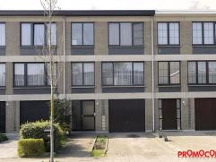 Deze woning is gelegen in een rustige, kindvriendelijke buurt. Op wandelafstand vindt u een parkje met speeltuin, scholen en diverse winkels. U komt d