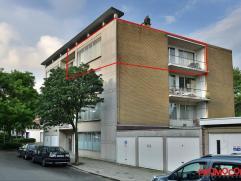 Nabij het centrum van Mortsel vinden we dit te renoveren appartement op de derde verdieping van een gebouw met (vernieuwde) lift. Op de hoek van de Ar