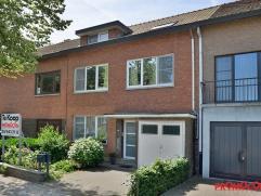 Deze goed gelegen woning met een gevelbreedte van 8m vinden we terug in één van de mooiste straten van Mortsel. Op wandelafstand van het