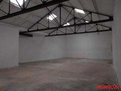 In het centrum van Mortsel, op de Statielei, vinden we dit ruime magazijn, gelegen aan de achterzijde van het gebouw. Via de inrit vooraan, laat een p