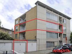 Nabij het centrum van Mortsel vinden we dit appartement op de tweede verdieping van een gebouw met lift. Gebouwd in 1955 op de hoek van de Armand Sege