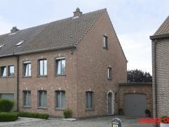 Deze half open bebouwing is gelegen in een rustige zijstraat van de Mechelsesteenweg. De ideale ligging als uitvalbasis naar Lier, Antwerpen of Brusse