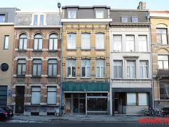 Charmante, op te frissen woning met polyvalent gelijkvloers (vroegere winkel), 3 à 5 slaapkamers en knus terras. Ideaal gelegen op de grens met