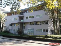 In een groene omgeving te Mortsel, vinden we dit goed gelegen één-slaapkamer appartement, op de 1ste verdieping rechts aan de voorzijde,