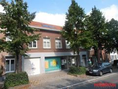 Zeer mooi gerenoveerd dakappartement gelegen op de 2e verdieping in het gezellige oude centrum van Mortsel. Met de trap bereiken we het appartement. D