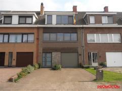 We vinden deze woning terug in een aangename woonwijk net buiten het centrum van Mortsel, wijk Hof Savelkoul. Gebouwd in 1964 en grotendeels gerenovee