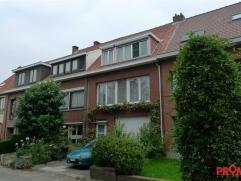 In een rustige, residentiële woonwijk rond het voormalig Hof Van Rieth, vinden we deze ruime woonst van 210m² op een grondoppervlakte van 18