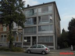 Dit opgefrist appartement met 2 slaapkamers vinden we nabij het centrum van Mortsel. Scholen en openbaar vervoer zijn in de onmiddellijke omgeving. Me