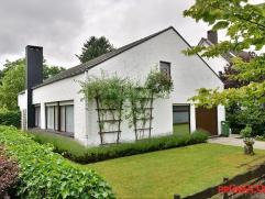 Deze charmante villa is gelegen in een residentiële wijk, op de grens Wilrijk - Edegem. Vlakbij vindt u diverse winkels en scholen. U betreedt de
