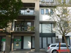 Zeer mooi appartement, ideaal gelegen in het centrum van Kontich, op wandelafstand van winkels en openbaar vervoer. Met de trap of de lift bereiken we