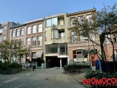 In een zijstraat van het winkelcentrum van Mortsel vinden we dit appartement op de 1ste verdieping terug. Via een vaste private trap komen we terecht