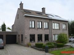 Deze woning is zeer rustig gelegen in een doodlopende, kindvriendelijke wijk. Dankzij diverse uitvalswegen is er een vlotte verbinding Antwerpen - Bru
