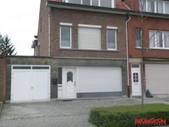 We vinden dit gelijkvloers appartement terug in de zeer aangename woonwijk 't hof van Rieth. Kenmerkend is de ruime leefruimte, de grote tuin en de in