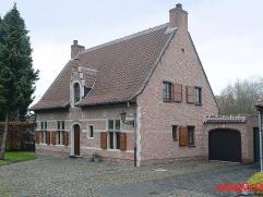Zeer mooie rustieke villa gelegen in een aangename woonwijk, op korte afstand van enkele verbindingswegen naar Antwerpen en Brussel. We komen de wonin