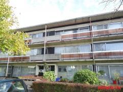 Dit appartement is gelegen in een rustige straat, op de tweede verdieping van een klein gebouw zonder lift. Dankzij de centrale ligging is er een vlot