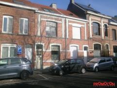 Deze charmante woning ligt op de grens van Mortsel/ Hove in een vrij groene omgeving met openbaar vervoer in de directe nabijheid. Deze voormalige arb