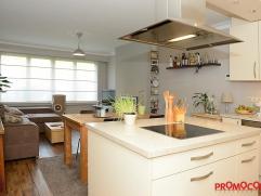 Volledig gerenoveerd en instapklaar gelijkvloersappartement van ca. 80 m² met 1 slaapkamer (2e slpk dient momenteel als dressing) en zonnig terra