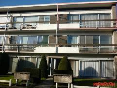 Instapklaar appartement gelegen op de 2de verdieping en op wandelafstand van het treinstation, openbaar vervoer en winkels. De living (40m²) in L