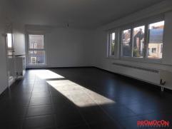 Volledig gerenoveerd appartement (100m²)met 2 slaapkamers, gelegen op de eerste verdieping van een klein gebouw (slechts 2 appartementen). Centra