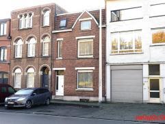Deze charmante woning is zeer centraal gelegen en moet gerenoveerd worden. U betreedt de woning via de ruime inkomhal met trap naar de eerste verdiepi
