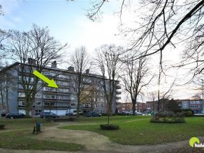 Dit ruim en zeer degelijk appartement met 2 à 3 slaapkamers is gelegen aan een tof groen pleintje op loopafstand van het centrum van Mortsel. E