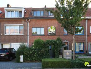 Deze gezellige woning bevindt zich in een rustige straat in de autoluwe Hof Van Riethwijk te Mortsel. Ideaal gelegen vlakbij scholen, winkels en goed