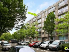 In een rustige en autoluwe woonwijk te Mortsel, op wandelafstand van het centrum, vinden we dit appartement op de 5de verdieping van een verzorgd gebo