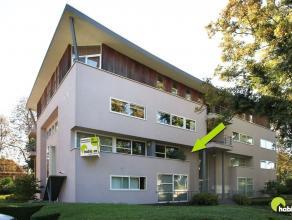 Dit prachtig duplex-appartement bestaande uit een gelijkvloers en een 1ste verdieping  is gelegen in een recent open appartementsgebouw aan de rand va