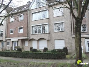 Dit gelijkvloers appartement te Kontich, bevindt zich in een vrij groene zone, met tuin en een onmiddellijke doorgang naar de garage aan de achterzijd