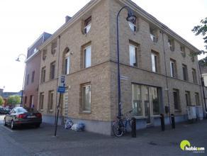 In een recent gebouw vinden we dit tof appartement met 1 slaapkamer en terras. Het is zeer centraal gelegen op wandelafstand van het centrum van Konti