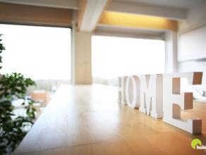 Dit zeer licht appartement  met 2 slaapkamers is gelegen in hartje Mortsel. Op de 5de verdieping van een gebouw met lift. Een ideale ligging in de win