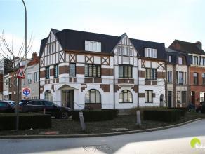 Dit volledig gerenoveerd appartement met 2 slaapkamers en een mooi terras is zeer centraal gelegen. Openbaar vervoer en winkels voor de deur en het ce