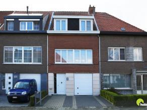 Deze zeer verzorgde bel-etage woning is gelegen in de mooie wijk Hof van Rieth. Vooraan is er een aangelegde oprit voor 2 wagens en een automatische g