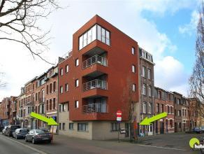 Dit tof gelijkvloersappartementje met garage vinden we in een recent hoekgebouw (2012) met slechts 5 appartementen.  Het is zeer centraal gelegen op d