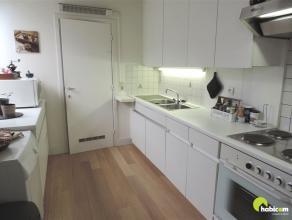 Dit jong en leuk één slaapkamer-appartement bevindt zich in een tof gebouw bestaande uit drie appartementen, gelegen in een rustige stra