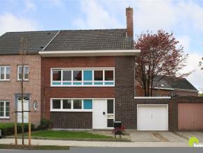 In het mooie Dieseghem vinden we deze knusse half open woning met een tof stadstuintje en garage.  In deze autoluwe woonstraat vinden we vlakbij een s