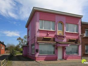 Deze kleurrijke woning te Waarloos is ingeschreven als handels pand maar is volgens het gewestplan gelegen in een woongebied.  Aan de overzijde van de