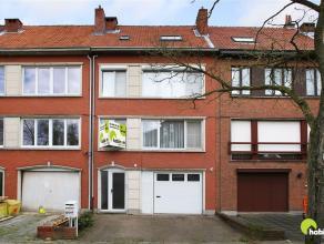 In een topstraat te Mortsel vinden we dit appartement (85m²). Voor de deur is een groen pleintje met parkeer mogelijkheid.  Op wandelafstand van