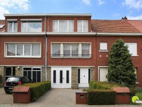 In de gegeerde en rustige wijk Hof Van Rieth treffen we deze te renoveren woning aan.     We betreden de woning via de ruime inkomhal met toilet en to