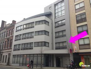 Aan de rand van de stadskern van Antwerpen, een zijstraat van de Jan van Rijswijcklaan, vinden we dit aangenaam appartement, gelegen op de 1e verdiepi