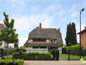 Grote majestueuze villa met nieuw rieten dak(2011)  en een zuid-tuin in de hoofdstraat bij het centrum van Kontich. Deze woning met 460m² bewoonb