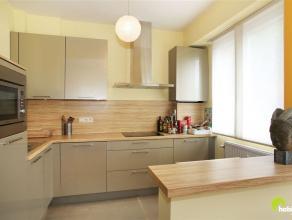 Dit mooi gerenoveerd gelijkvloers appartement, waar u voor de deur kan parkeren, is centraal gelegen in een klein flatgebouw in Mortsel.  Vlakbij vind