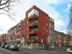 Dit tof gelijkvloersappartementje  vinden we in een recent hoekgebouw (2012) met slechts 5 appartementen.  Het is zeer centraal gelegen op de hoek van