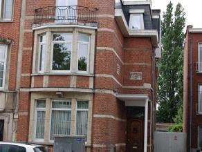 Dit gerenoveerde appartement betreft het gelijkvloers en de eerste verdieping in een karaktervol pand.    Via de inkom hebben we toegang tot de woonka