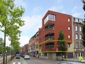 Dit modern en energiezuinig appartement (90m²) vinden we in een recent hoekgebouw (2012) met slechts 5 appartementen.  Het is zeer centraal geleg