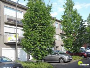 In een rustige wijk te Mortsel op wandelafstand van het centrum wordt dit appartement op de 1e verdieping links aangeboden. In de straat kan je gemakk
