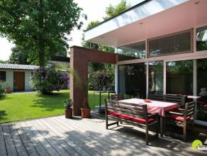Deze woning op 376 m² grond heeft een uitstekende locatie met winkels, supermarkt, scholen en kinderopvang in de nabije omgeving.  Op de verharde