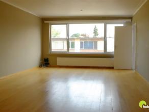 Dit ruim en zonnig appartement is gelegen in een aangename en rustige woonwijk gelegen op de 2de verdieping met in de directe nabijheid de gekende spo